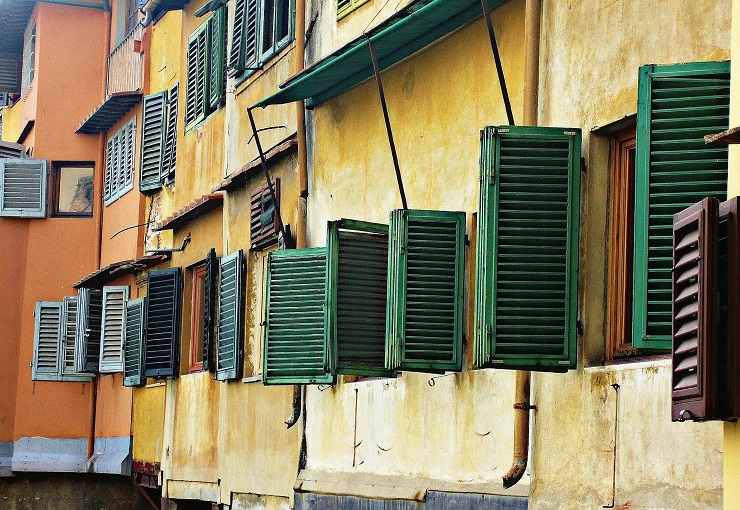 Green window shutters on the shops of the bridge