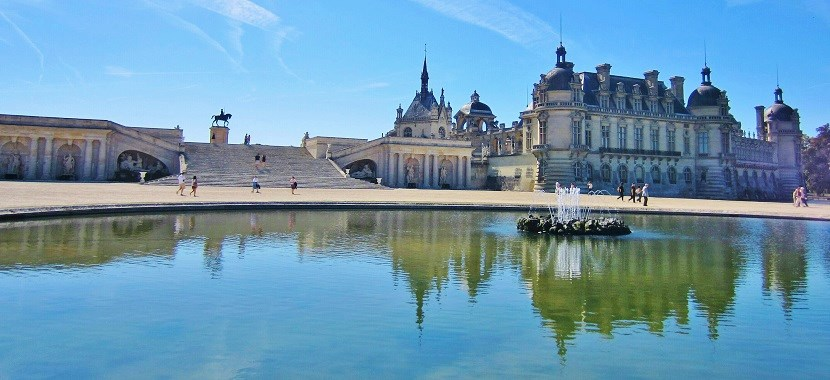 Looking over the fountain to Chateau de Chantilly
