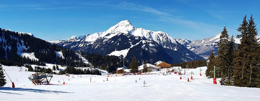 Skiing down the wide flat ski run towards Chatel