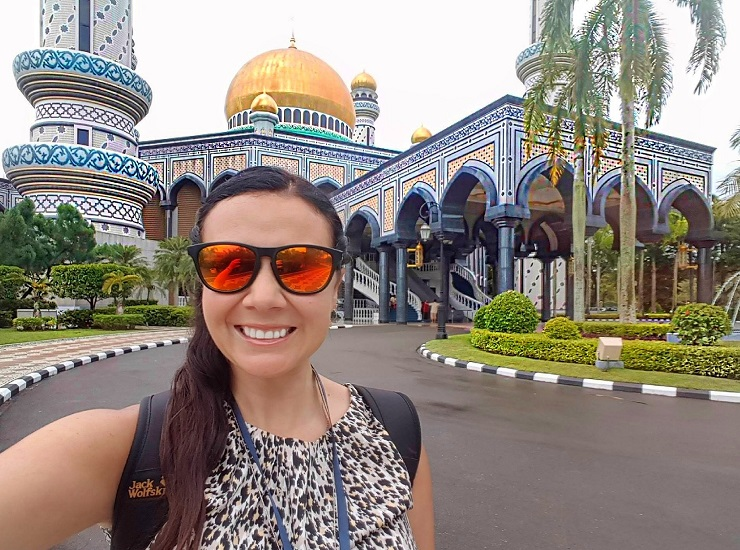 Mel taking a selfie in front of Jame asr Hassani Bolkiah Mosque