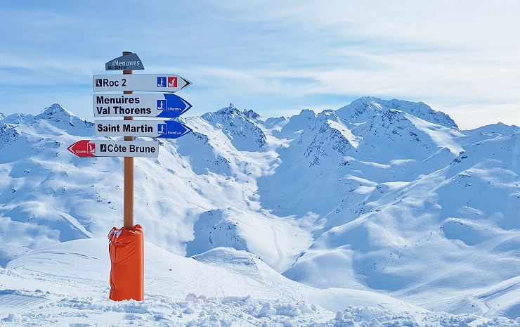 Signpost to direct skiers back to Les Menuires